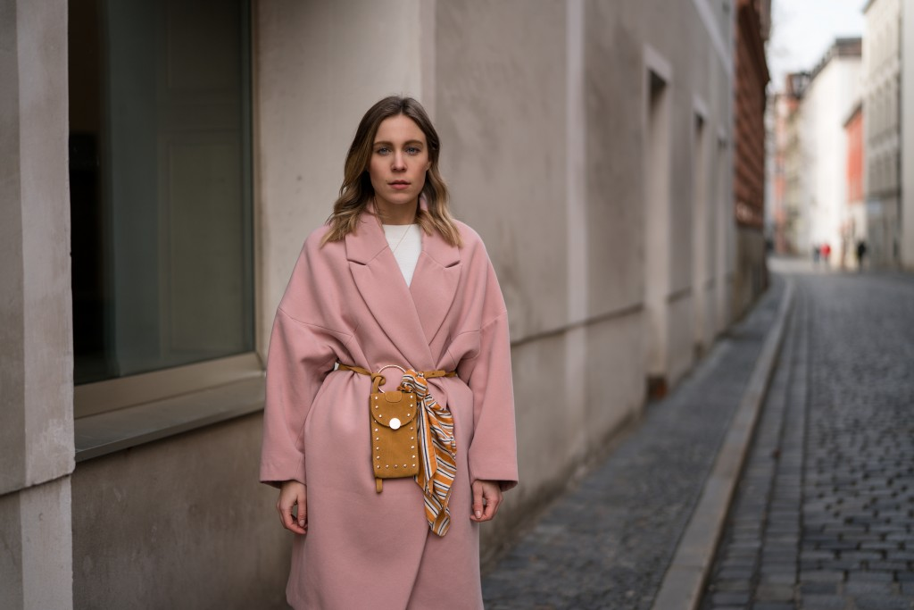 Pink-Coat-Suede-Belt-Bag-Velvet-Pants-rosa-Mantel-Seidentuch-Fashion-Week-Berlin-Jakes-Samthose-oversize-Streetstyle-Sariety-Fashionblogger-Modeblog-Heidelberg_12